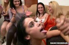 Na de tweede blowjob beurt spuit hij de sperma op haar mondje