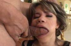 Het meisje kokhalst als zijn grote lul haar keel neukt