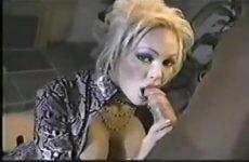 Heet kijkend in de videocamera geeft zij de grote jongeheer een blowjob beurt