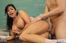 Zijn lerares zuigt de enorme piemel en laat zichzelf door de jongeman berijden