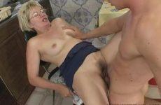 Deze oudere vrouw laat haar mondje en vochtige flamoes penetreren