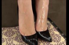 Zaad over haar wellustig voetjes in hoge hakken