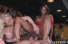De getinte zuigt en word anal aangeduwd waarna het blondje een beurt krijgt
