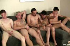 Een verscheidenheid aan gays bevredigen tegelijkertijd