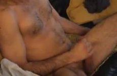 Gay knul spuit over zijn buik