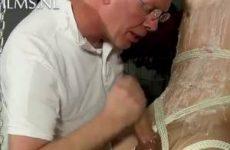 Geile jonge slaaf word getraind in tikken met zijn grote lul