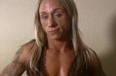 Blonde gespierde chick showst haar spierballen