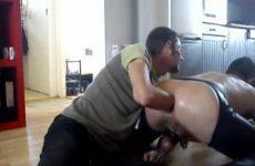 Gay slaaf met vuist geneukt