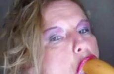 De geile oma neemt de grote dildo helemaal in haar mond
