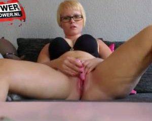 Blonde nerdy tiener masturbeert