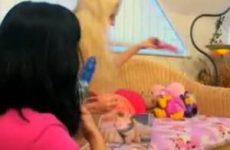 Twee lesbo meiden spelen heerlijk met elkaar