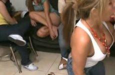 De geile jarige pijpt de stijve lul van de stripper