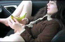 Geile tiener neukt haar kutje met een banaan