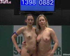 Worstelende neukende lesbo meiden