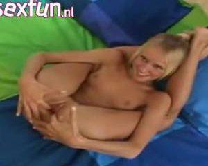 Blonde tiener speelt met haar kale kut