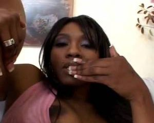 Geile Ebony krijgt een orgasme tijdens het mastuberen